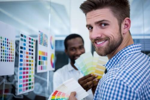 mężczyzna-grafikiem-trzymając-probkę-koloru_1170-2937