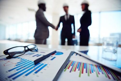 obiekty-biznesowe-z-kadry-omawiając-plan-na-spotkaniu_1098-4066
