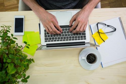 osoba-pracująca-z-laptopem_1170-44